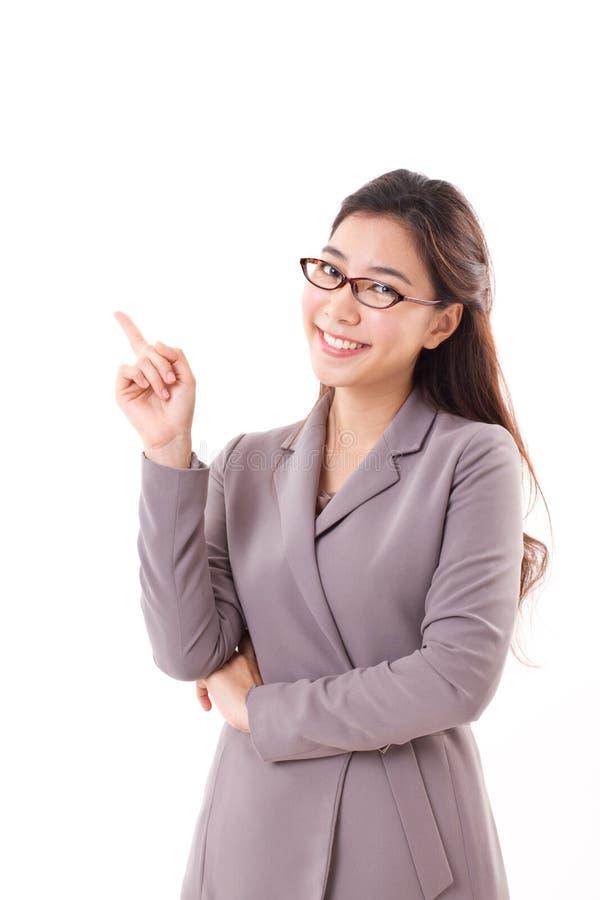 Счастливая, положительная бизнес-леди указывая вверх стоковые изображения rf