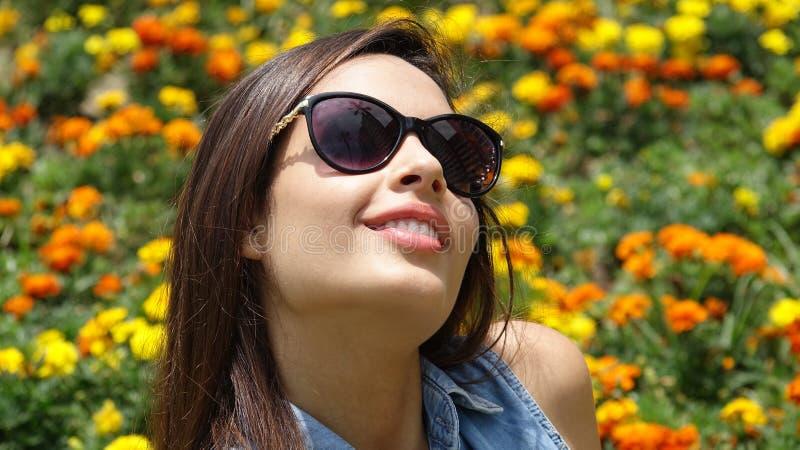 Счастливая предназначенная для подростков девушка в луге стоковые фотографии rf