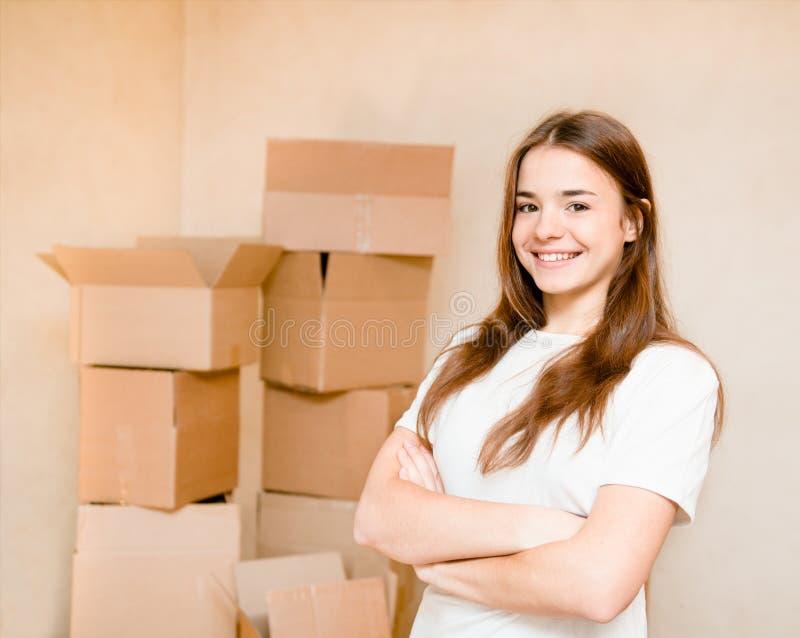Счастливая предназначенная для подростков девушка стоя на предпосылке картона стоковые фотографии rf