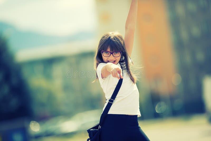 Счастливая пре-предназначенная для подростков маленькая девочка Милая маленькая девочка в городе на солнечный день Маленькая дево стоковое фото rf