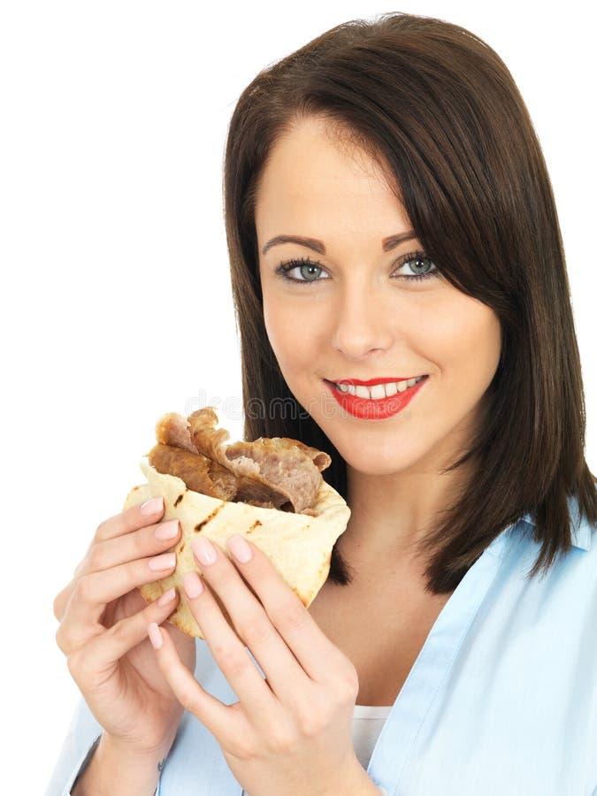 Счастливая привлекательная молодая женщина есть Donner Kebab стоковые фотографии rf