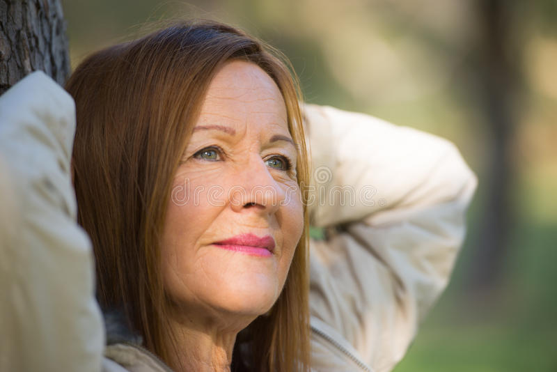 Счастливая расслабленная женщина уверенно outdoors стоковые изображения rf