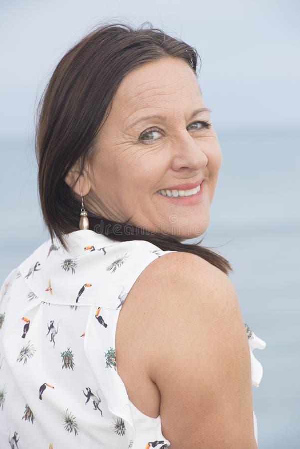 Счастливая расслабленная зрелая женщина внешняя стоковое изображение rf