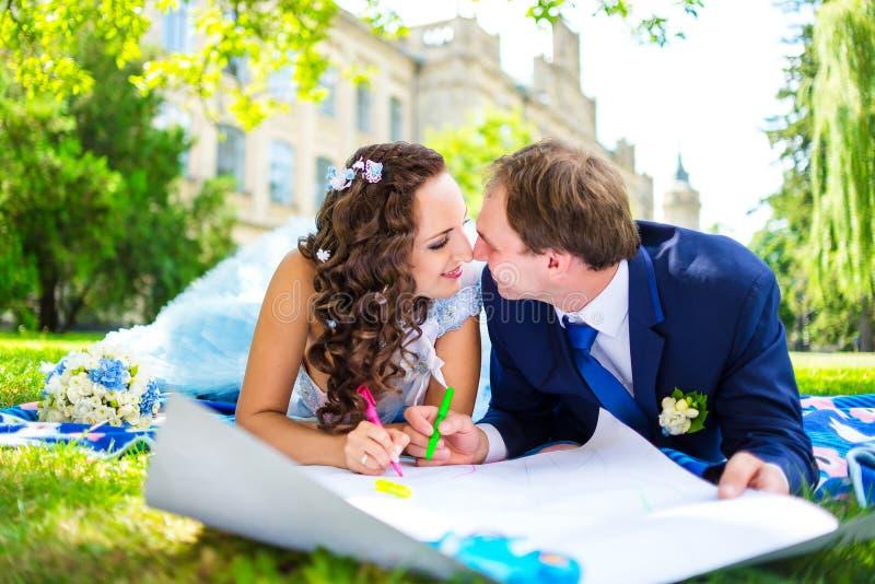 Счастливая расцветка человека и женщины или сердца чертежа на стоковое фото