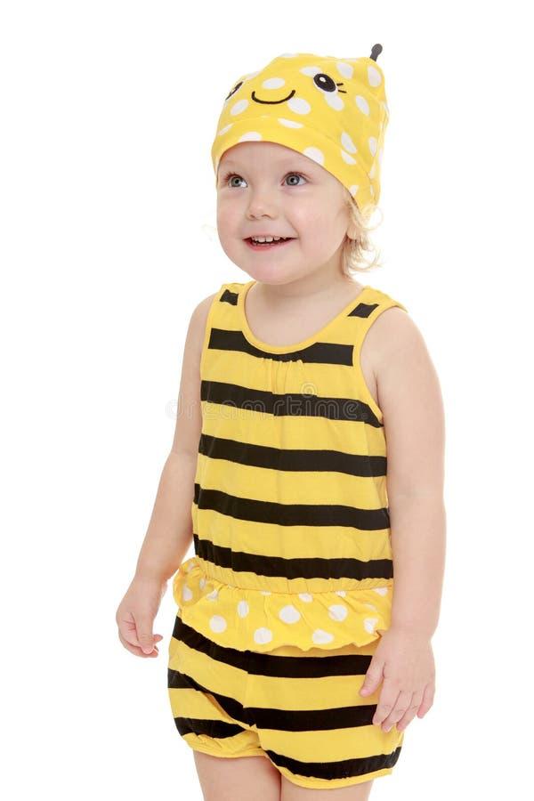Счастливая радостная маленькая девочка одетая как пчела, конец стоковые фотографии rf