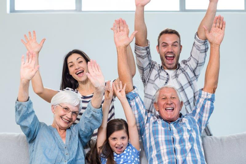 Счастливая семья веселя в живущей комнате стоковые фотографии rf