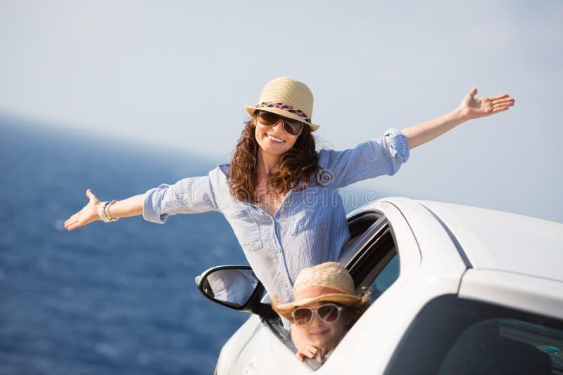 Счастливая семья в автомобиле стоковое изображение rf