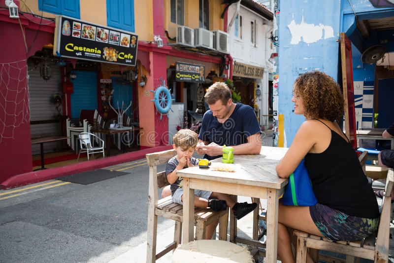 Счастливая семья в арабском квартальном Сингапуре стоковые фото