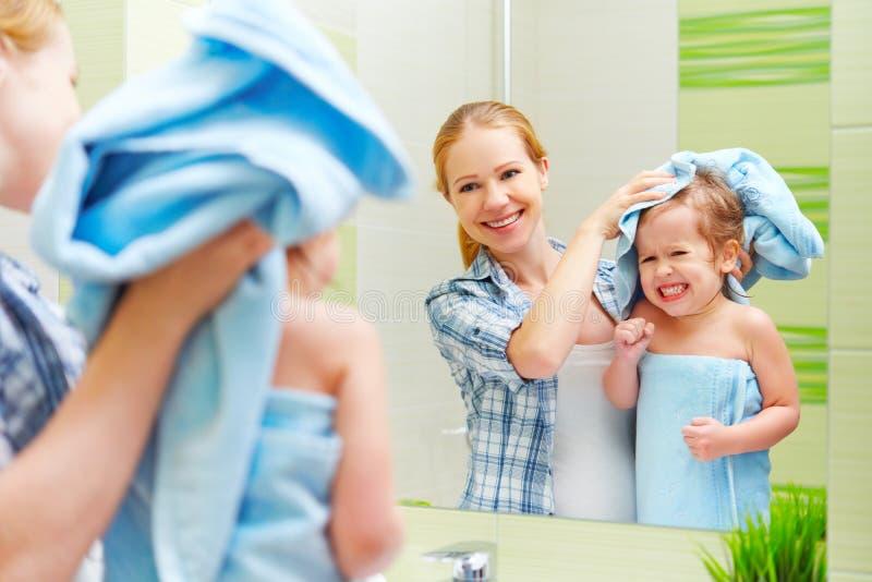 Скачать мать и дочь в зеленой ванне