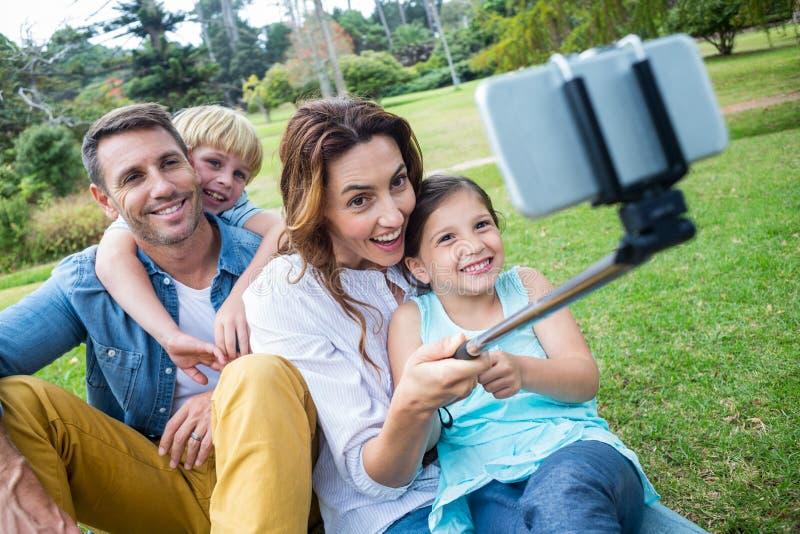 просмотр всех фото счастливая семья с мольбертом придает