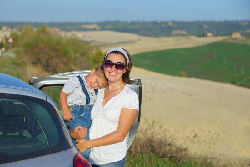 Счастливая семья в tuscan стоковые изображения