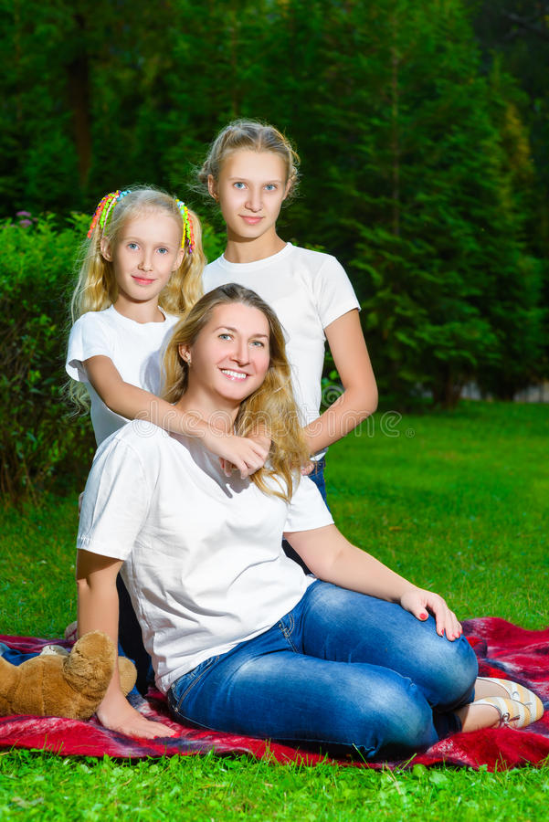 Счастливая семья лежа на траве в лете Пикник стоковое фото