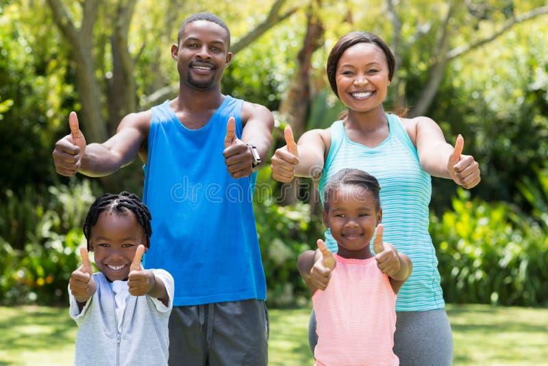 Счастливая семья делая большие пальцы руки вверх стоковое фото rf