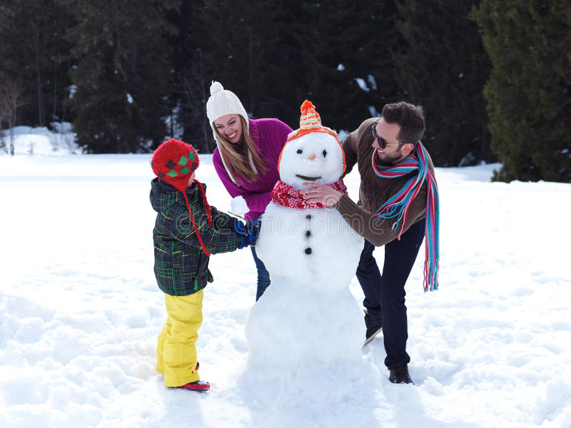 лепим снеговика всей семьей фото изображали