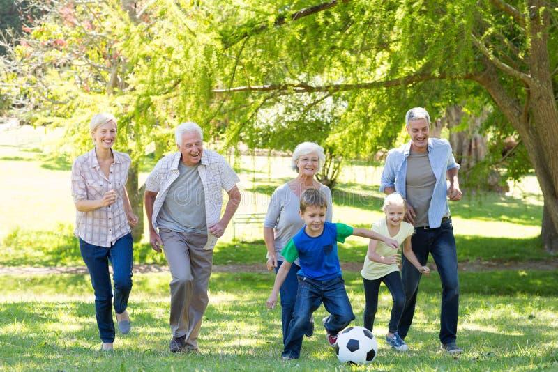 Счастливая семья играя на шарике стоковые изображения