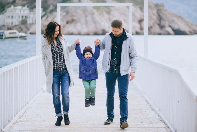 Счастливая семья в лесу - мама, папа и две девочки 15