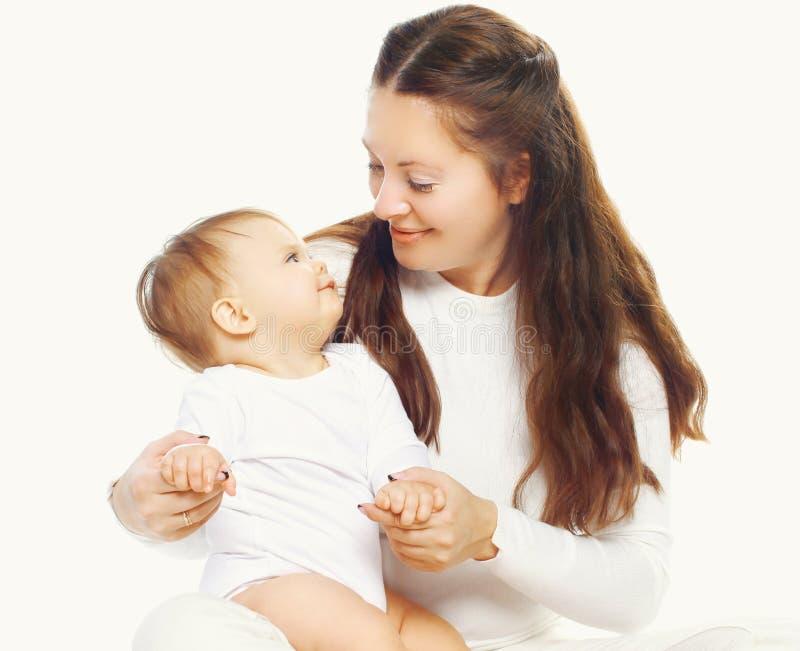 Счастливая семья, младенец смотря на ее матери стоковые фото