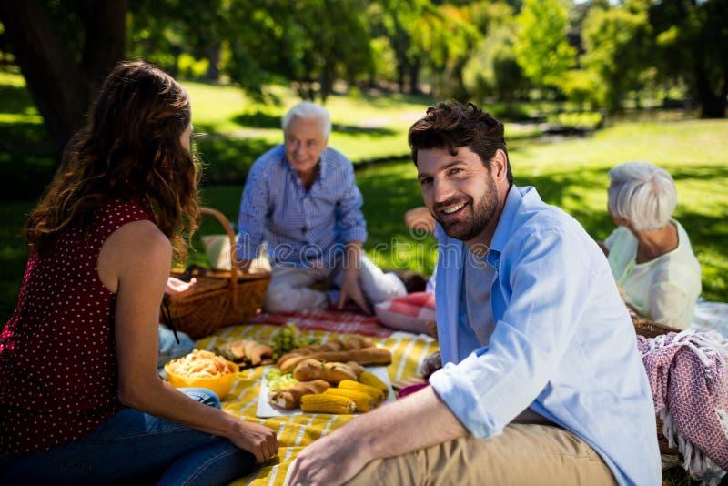 Счастливая семья наслаждаясь в парке стоковое фото rf