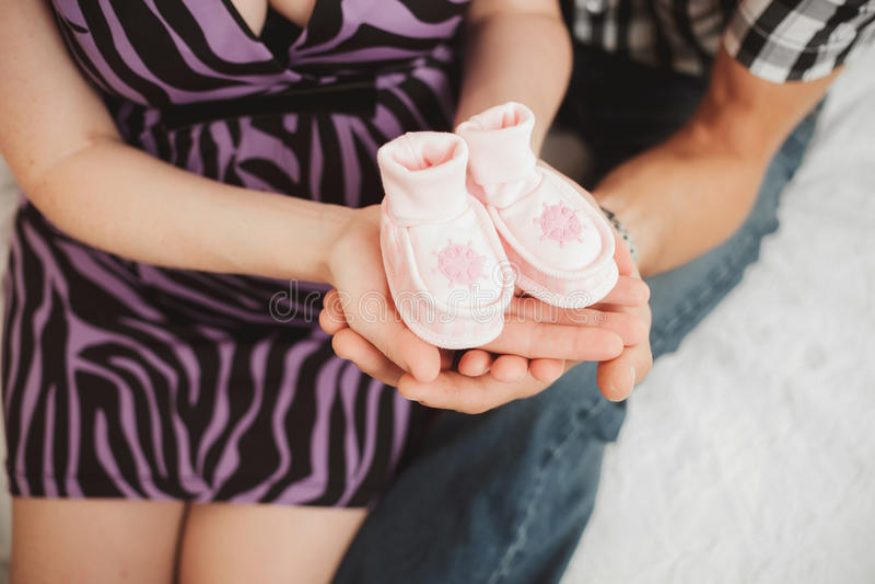 Счастливая семья надеясь младенца стоковые фотографии rf