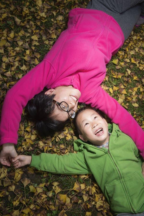 Счастливая семья на золотой предпосылке листьев стоковые изображения
