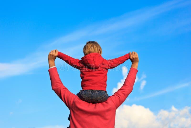 Счастливая семья на небе стоковое изображение