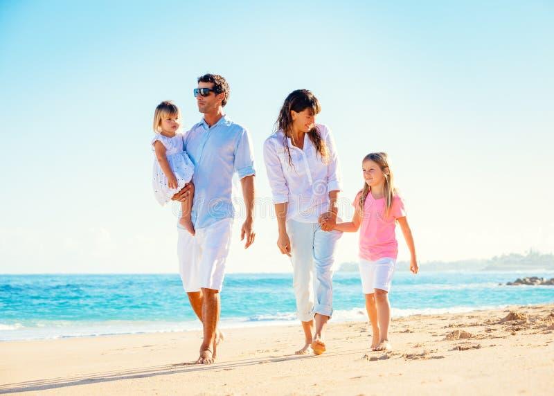 Счастливая семья на пляже стоковое изображение rf