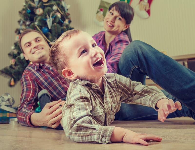 Счастливая семья дома во времени рождества стоковое фото