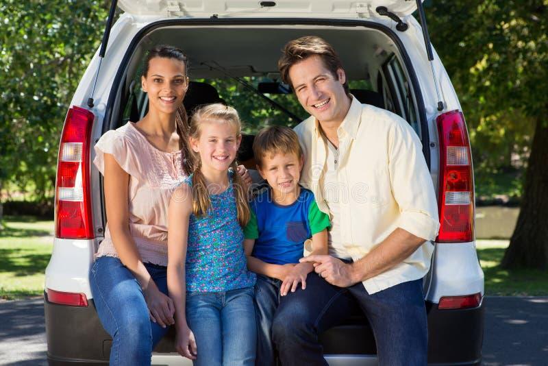 Счастливая семья получая готовый для поездки стоковые фотографии rf