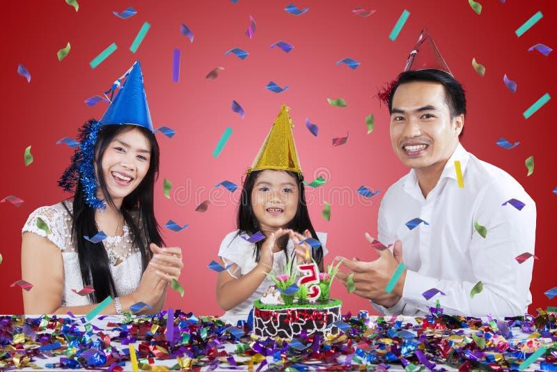 Счастливая семья празднует вечеринку по случаю дня рождения стоковое изображение