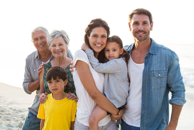 Счастливая семья представляя на пляже стоковые фотографии rf