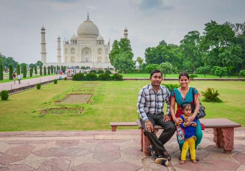 Счастливая семья представляя перед Тадж-Махалом стоковые изображения