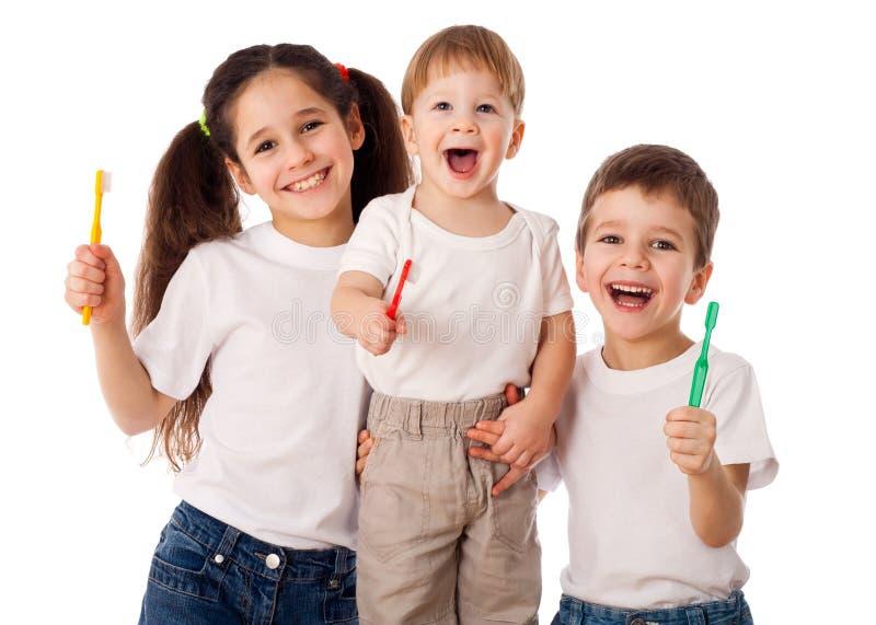 Счастливая семья с зубными щетками стоковая фотография rf