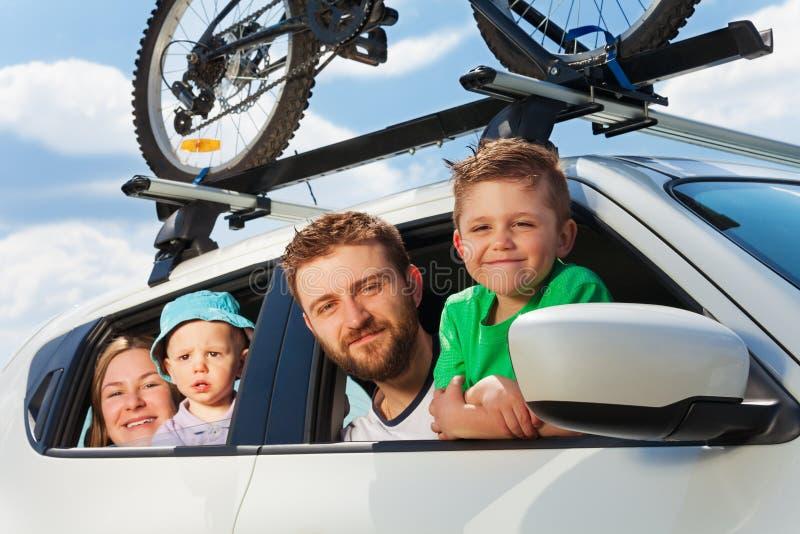 Счастливая семья путешествуя автомобилем на летних каникулах стоковые изображения