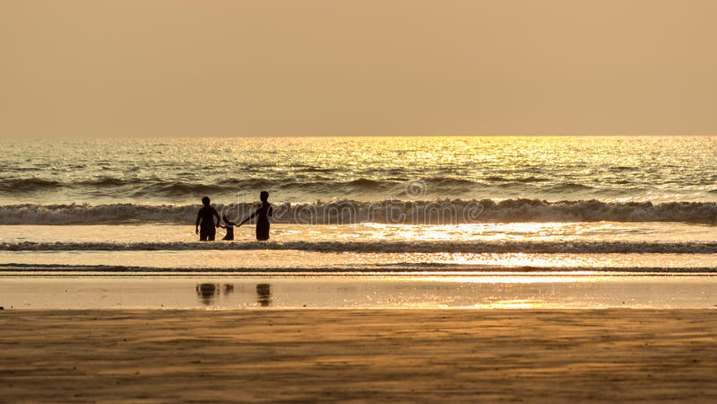 Счастливая семья, пляж лета стоковое изображение rf