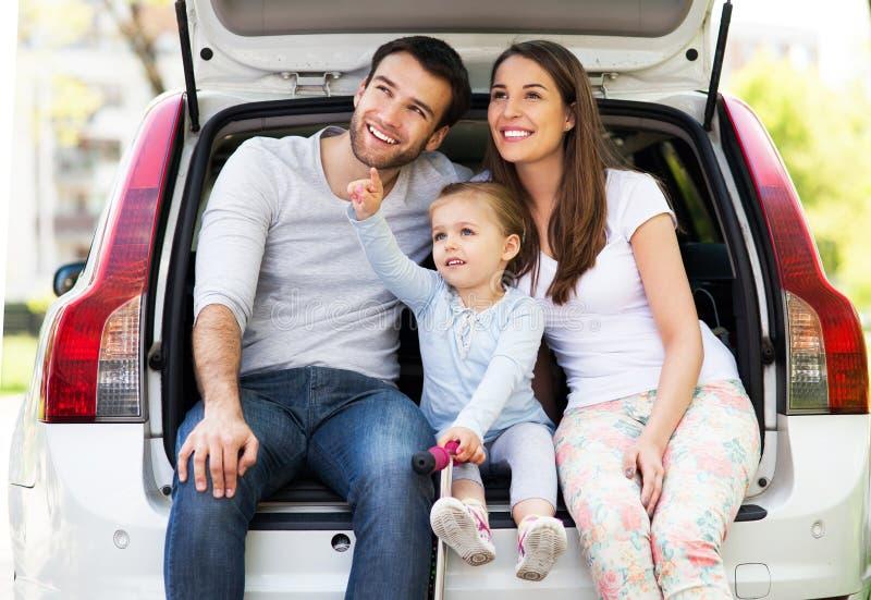 Счастливая семья сидя в автомобиле стоковые изображения rf