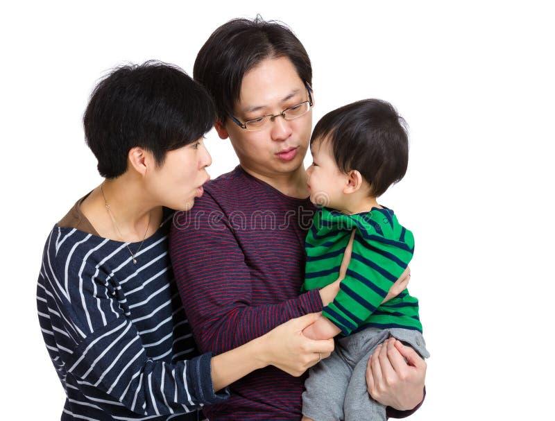 Счастливая семья смотря один другого стоковые фото
