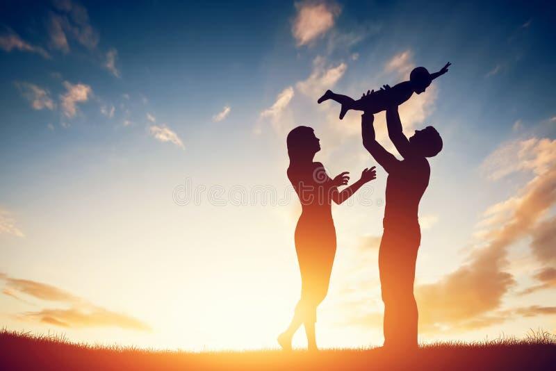 Счастливая семья совместно, родители с их маленьким ребенком на заходе солнца иллюстрация штока