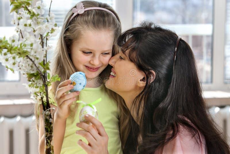 Счастливая семья с пасхальным яйцом вида ребенка стоковые изображения