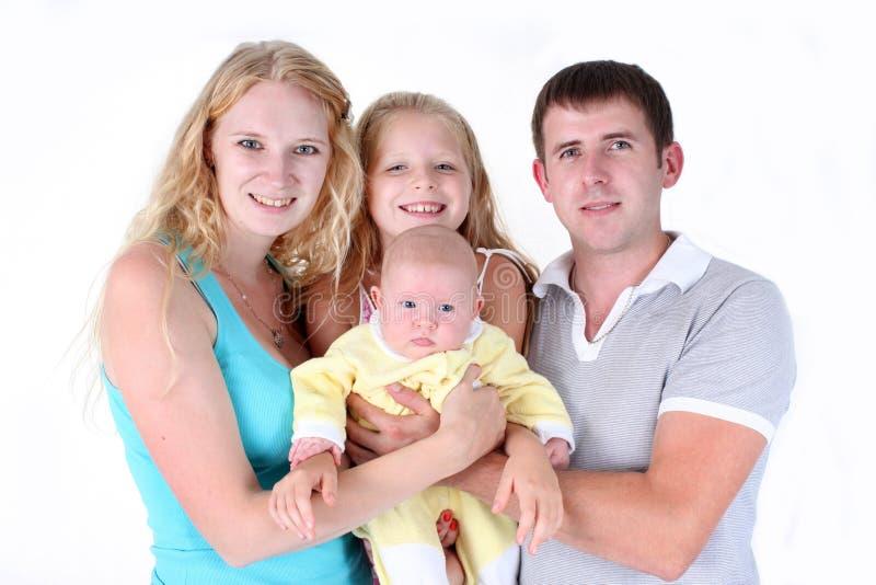 Счастливая семья с прелестными маленькими 2 сестрами стоковые фото