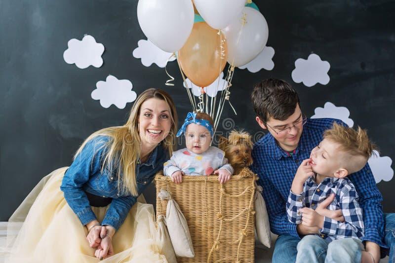 Счастливая семья с с 2 малыми детьми и собаками стоковое изображение