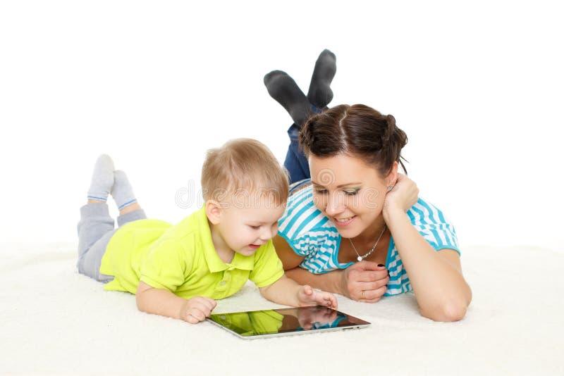 Счастливая семья с таблеткой компьютера стоковое фото rf
