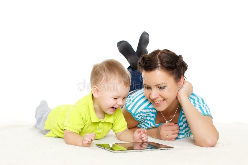 Счастливая семья с таблеткой компьютера стоковые изображения