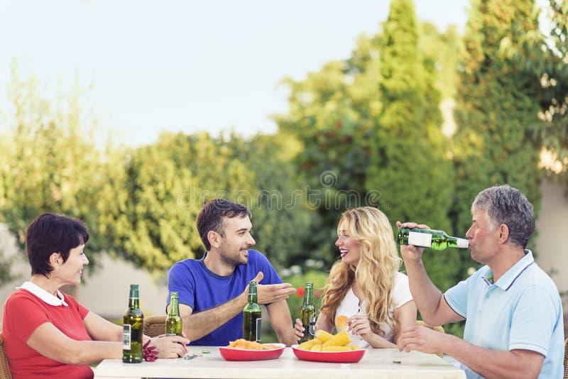 Счастливая семья тратя большое время совместно стоковое фото