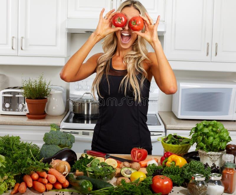Счастливая смеясь над девушка с томатами глаз стоковые изображения rf