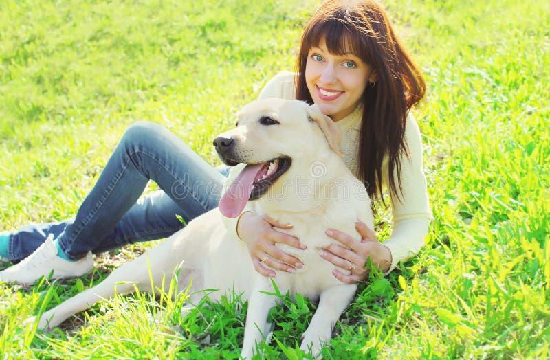 Счастливая собака retriever labrador и усмехаясь женщина предпринимателя стоковое фото rf