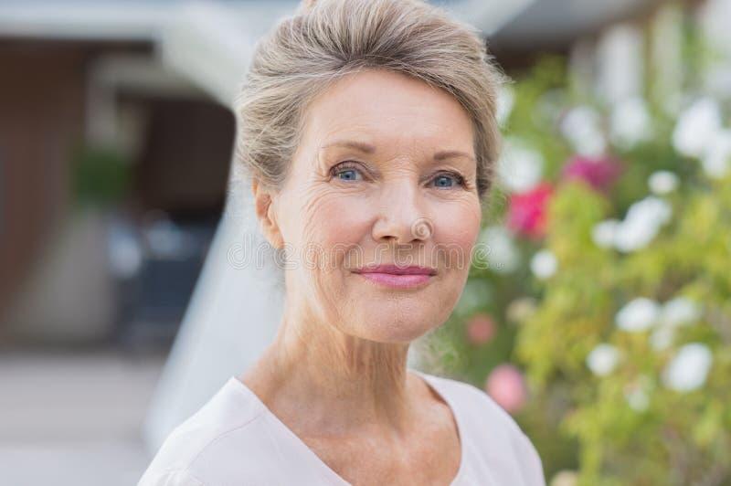 счастливая старшая женщина стоковые фотографии rf