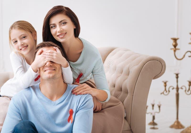 Счастливая славная девушка закрывая ее отцов наблюдает с руками стоковые фотографии rf