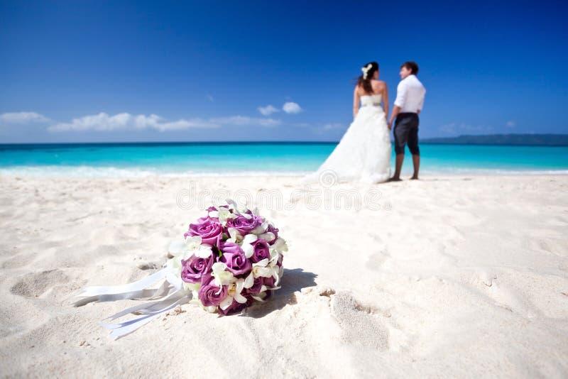 Счастливая тропическая свадьба стоковая фотография rf