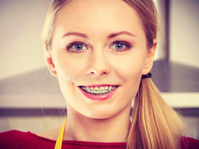 Счастливая усмехаясь белокурая женщина имея расчалки стоковые изображения rf