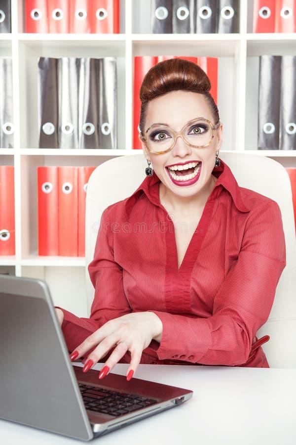 Счастливая усмехаясь бизнес-леди успеха шальная стоковая фотография rf